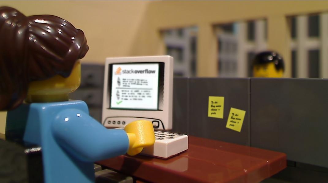 Фигурка LEGO женщины икомпьютера